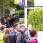 Vor der Türöffnung am Samstagmorgen bildeten sich lange Schlangen vor dem Haupteingang des Zürcher Zoos.