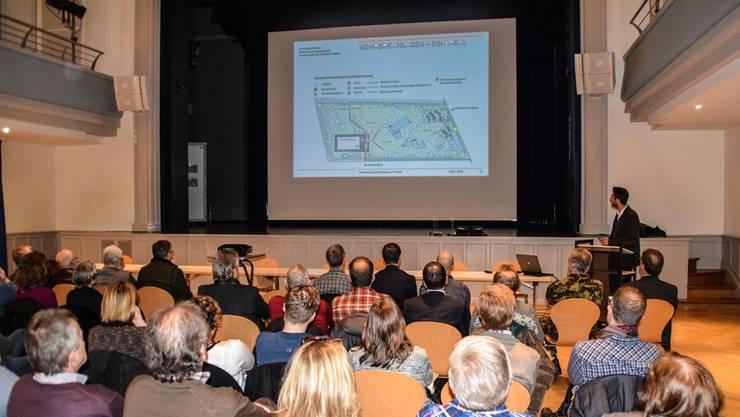 Frank Schneider von Büro Phalt Architekten AG erläutert das abgespeckte Projekt zur Badisanierung und zum Neubau der Eisbahn. Toni Widmer