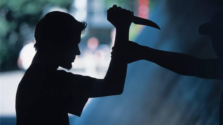 Beim Streit im Kreis 4 erlitt ein 20-jähriger Schweizer Schnittwunden am Arm. (Symbolbild)