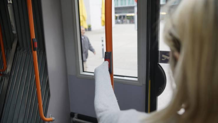 Im Bus fassen manche Passagiere den Knopf nicht mehr mit blosser Hand an.