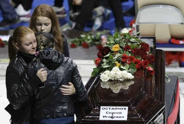 Trauernde Hinterbliebene nehmen Abschied