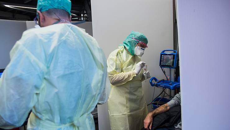 Ärzte und Pflegepersonal im Dauereinsatz: In der Schweiz steigt die Zahl der Erkrankungen am Coronavirus weiterhin rasant.