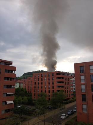 Eine Rauchsäule steigt aus dem St.Galler Otmarquartier auf. Hier der Blick von der Turnerstrasse.