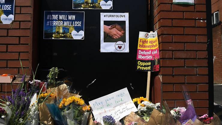 Blumen für die Opfer der Attacke auf eine Gruppe Muslime in London - der mutmassliche Täter steht nun vor Gericht. (Archiv)