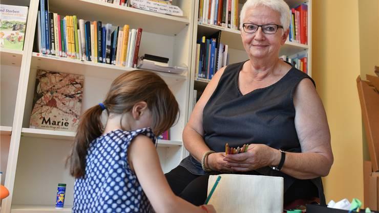 Susi Diemer mit dem Grosskind einer Freundin, das sie spontan für einen Nachmittag hütet, allerdings nicht im Rahmen von Pro Pallium. Bruno Kissling