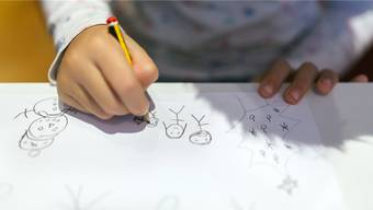 Für Tausende von Kindern herrscht nur auf dem Papier eine heile Welt. Sie können nicht bei ihren Eltern aufwachsen.Westend61/IMAGO