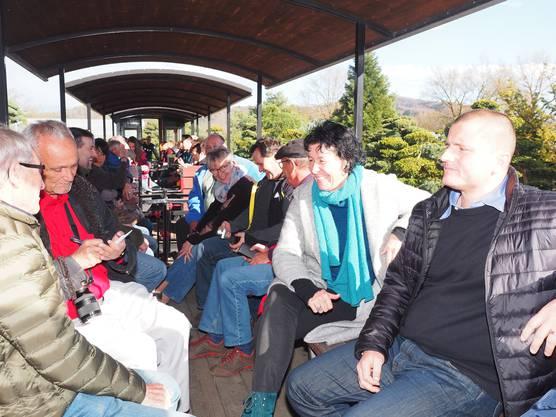 Die Zahl der Fahrgäste beim Eröffnungs-Apéro am Freitag war gross. Unter ihnen waren auch Johannes Zulauf und Brigitte Hediger, bei Zulauf für Kommunikation zuständig,rechts