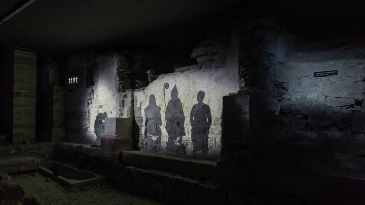 Ein an die Wände der 1000-jährigen Krypta projizierten Film erklärt die Baugeschichte des Münsters. Hier sieht man Bischof Lüthold I. von Aarburg. © Archäologische Bodenforschung BS