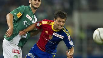 Dejan Janjatovic und Valentin Stocker kämpfen um den Ball
