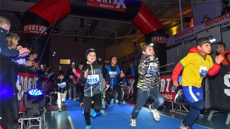 Der Startschuss für den «Kids-Marathon», der 750 Meter lang ist, ist gefallen: Am Zürcher Neujahrslauf haben fast 1000 Läuferinnen und Läufer teilgenommen. (zvg)