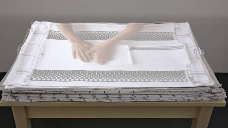 Handarbeit, eine Videoinstallation von Evelina Cajacob, zu sehen im Bündner Kunstmuseum  in Chur.