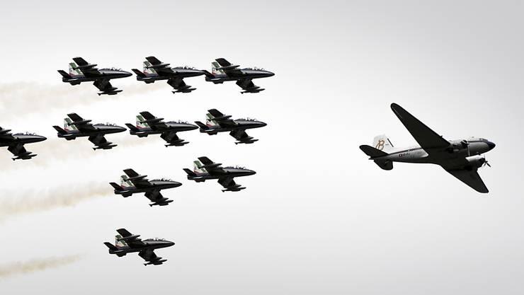 """Die Breitling DC-3 beendete ihre Weltumrundung in der Begleitung der italienischen Fliegerstaffel """"Frecce Tricolori""""."""