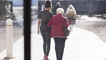 Die Bevölkerung der Schweiz hat im letzten Jahr leicht zugenommen - insbesondere der Anteil der älteren Personen stieg an. (Symbolbild)