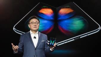 Google passt sein Betriebssystem Android an die neuartigen Falt-Smartphones an und arbeitet dabei etwa mit Handy-Herstellern wie Samsung und Huawei zusammen. (Symbolbild)