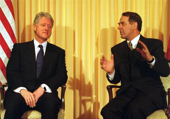 reiste erstmals ein US-Präsident ans WEF. Bill Clinton – hier im Gespräch mit dem damaligen Bundespräsidenten Adolf Ogi – kam nach seinem Rücktritt wiederholt ans WEF. 2010 gab er der «Aargauer Zeitung» ein Interview und sagte, bezüglich Gesundheitswesen sei die Schweiz sein Vorbild.