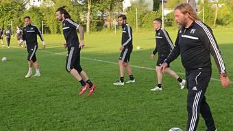 Der neue Trainer René van Eck (rechts) im ersten Training am Dienstagabend.