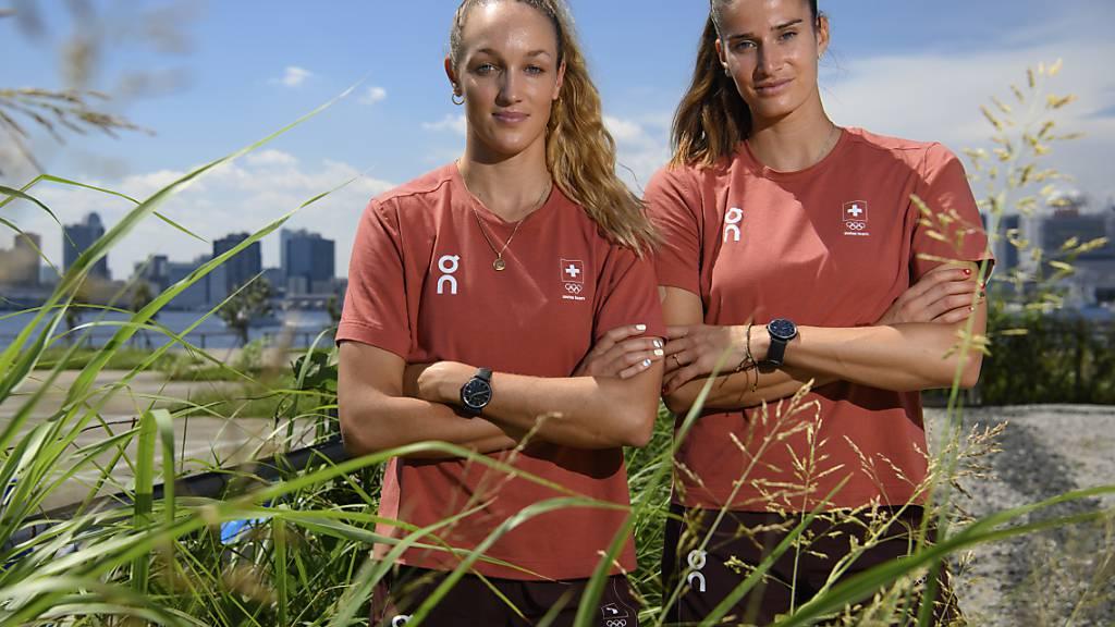 Anouk Vergé-Dépré (links) und Joana Heidrich posieren in Tokio vor Beginn der Wettkämpfe. Heidrich kann als eine der Wenigen auf familiäre Unterstützung zählen. Ihr Bruder Adrian hat sich ebenfalls für Olympia qualifiziert