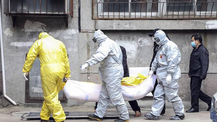 In der vom Coronavirus stark betroffenen chinesischen Stadt Wuhan sterben immer mehr Menschen an der Krankheit.
