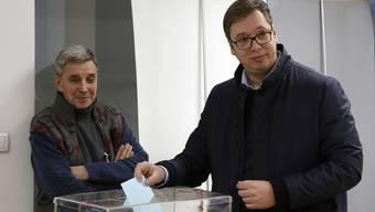 Aleksandar Vucic am Sonntag bei der Stimmabgabe.