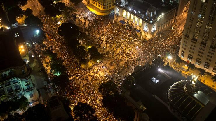 Menschen versammeln sich auf dem Cinelandia-Platz, um die streikenden Lehrer zu unterstützen