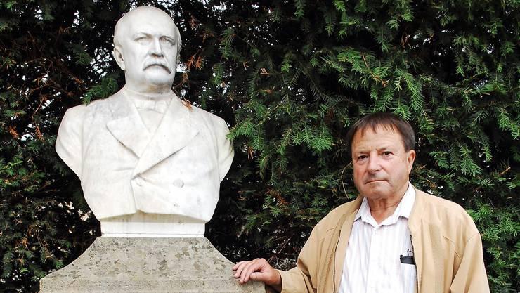 Professor Heinrich Staehelin verfasst derzeit ein Buch zum Leben des aus Bad Zurzach stammenden Bundesrats Emil Welti. Das Denkmal steht beim Bahnhof Bad Zurzach.Angelo Zambelli