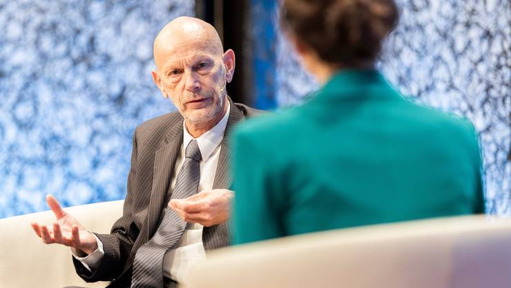 Daniel Koch spricht mit Moderatorin Maria Victoria Haas zu Corona und Kommunikation am Swiss Media Forum im Lake Side Zürich.