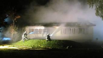 28. September: Dieser Pavillon in Sins brennt aus.
