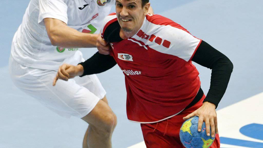 Der Schweizer Teamleader Andy Schmid im Zweikampf mit einem Weissrussen