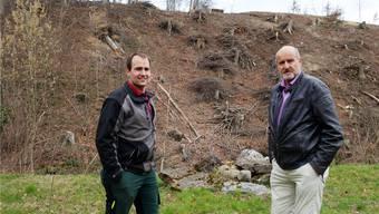 Sieht schlimm aus, kommt aber gut: Förster Tobias Wiss und Gemeinderat Daniel Schmid vor dem geschlagenen Waldstück in Benzenschwil.