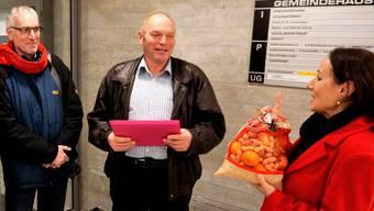 Silvia Fröhlicher, SP Bellach, überreichte Fritz Lehmann am 7. Dezember Petition und Samichlaussack.
