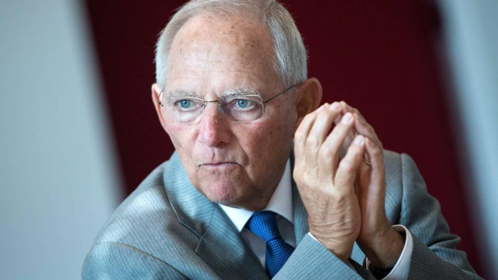 Der Präsident des deutschen Bundestages, Wolfgang Schäuble (CDU), fordert in einem Zeitungsinterview mehr Anstrengungen bei der Integration von Flüchtlingen.