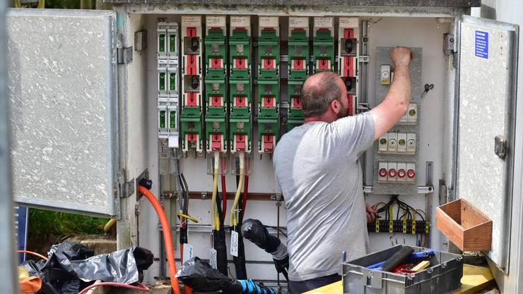 sbo aen Mitarbeiter der aen an erneuern die Komponenten an einem Verteilkasten der sbo am Krummackerweg in Olten Strom Starkstrom Elektriker