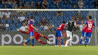 Drei Mal musste Basels Keeper Jonas Omlin gegen Paok Saloniki hinter sich greifen.
