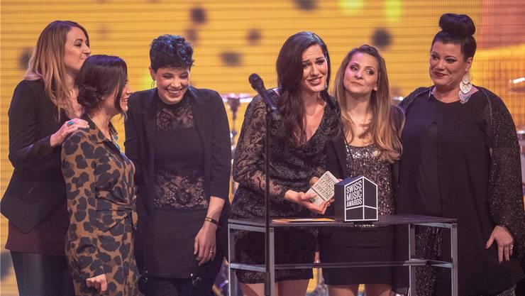 Emotionaler Moment: Im Namen von «Härz» bedankt sich Nyna Dubois für den Award. Cathryn Lehmann aus Ennetbaden (r.) ist Teil des erfolgreichen Sextetts.