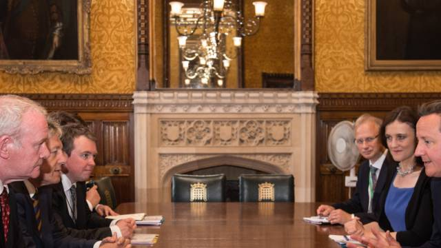 David Cameron (rechts) im Gespräch mit Vertretern Nordirlands
