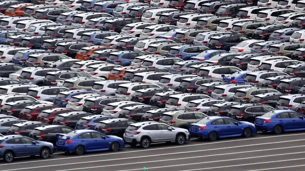 Die japanischen Exporte erholen sich nach dem Einbruch des vergangenen Jahres - im Bild Autos für den Export im Hafen von Kawasaki. (Archivbild)