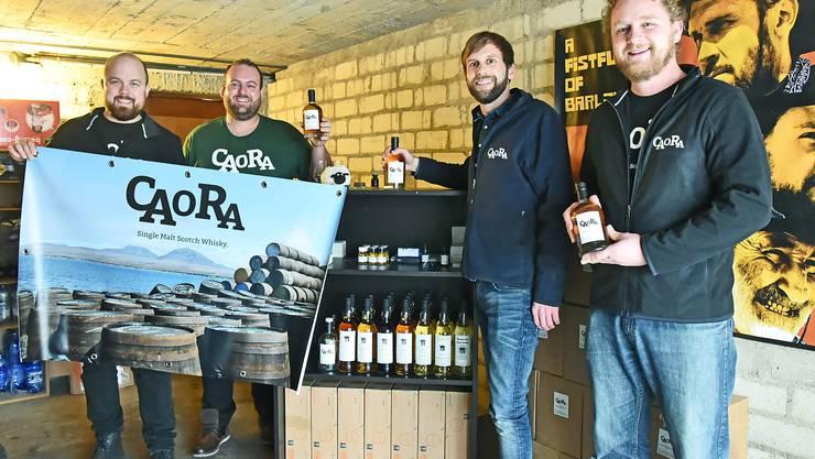 David Lang, Roman Bachmann, Michael Zila und Michael Rudolf von Rohr mit ihrem «Caora»-Whisky, den sie in Schottland eigenhändig abfüllten.