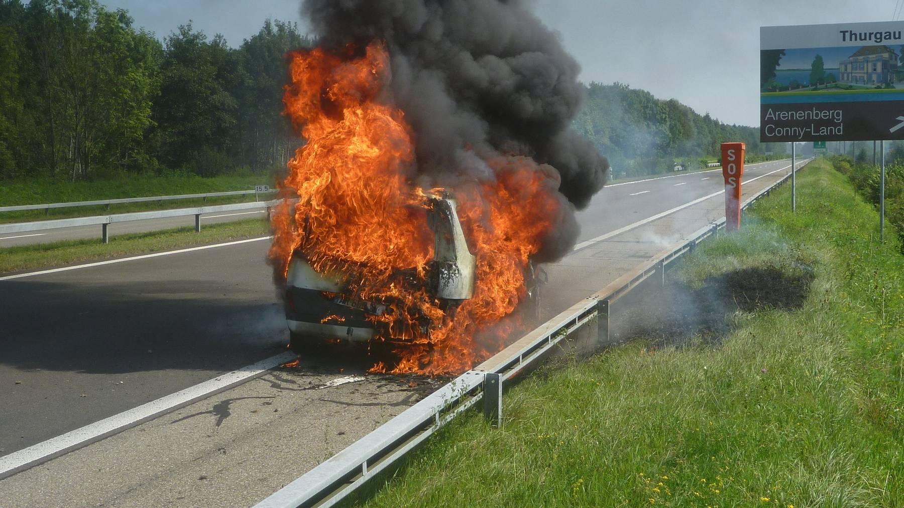 Das Auto des 23-Jährigen brannte komplett aus.