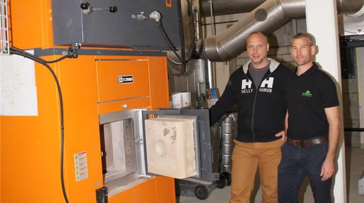 Holzschnitzel-Heizungsanlage im Schulhaus mit Anlagewart Samuel Buess (l.) und Projektleiter Tobias Schneebeli von der Firma Amstutz Holzenergie AG aus Emmen.