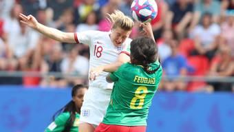 Zweikampf zwischen Englands Torschützin Ellen White und Kameruns Raissa Feudjio