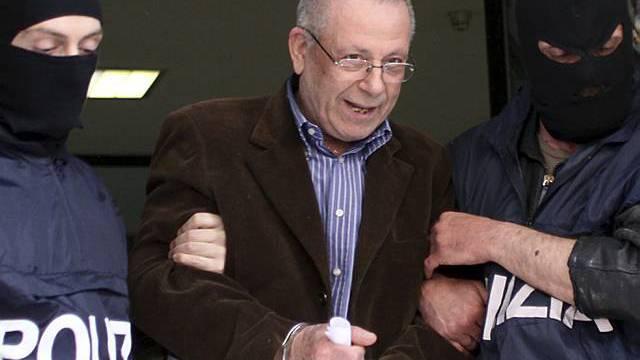 Polizisten verhaften Giovanni Tegano