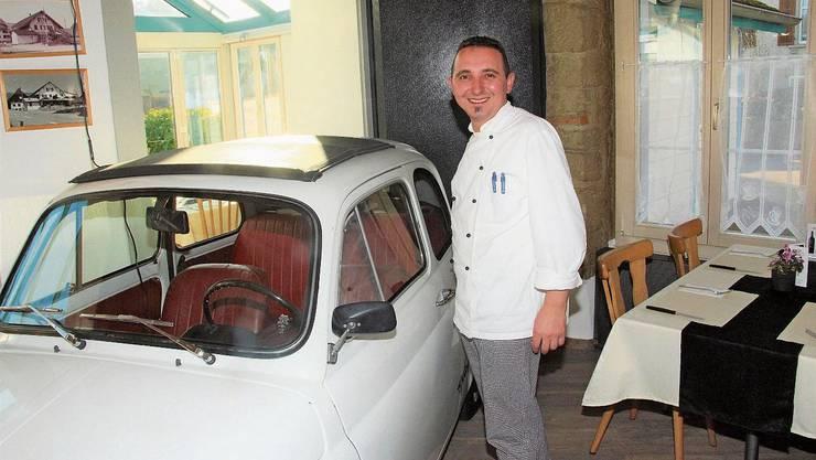 Ein Fiat 500 im Restaurant drin? Veprim Ukaj bringt damit ein Stück Italianità.
