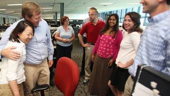 """Freude auf der Redaktion der """"Tuscaloosa News"""", die in der Kategorie """"Breaking News"""" den Pulitzer-Preis erhält"""