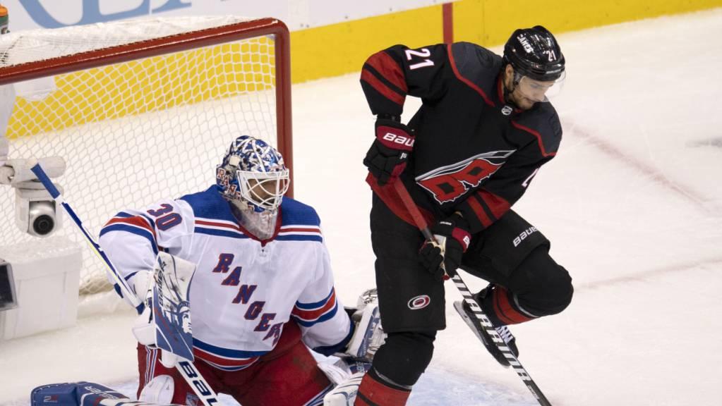 Dynamisch und erfolgreich: Nino Niederreiter bedrängt das Goal der New York Rangers und steht mit den Carolina Hurricanes im Playoff-Achtelfinal