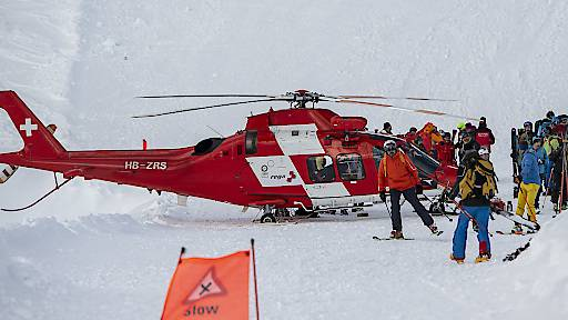 Knabe auf Piste von zwei Skifahrern angefahren
