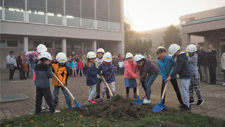 Spatenstich einmal anders: Schüler geben den Startschuss für die Bauarbeiten.ces
