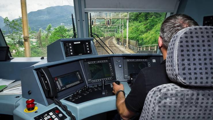 Lokführer Karl Imholz steuert den BLS-Zug über den Gotthard, über eine Kamera hat er seinen Zug im Blick.