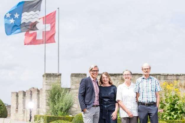 Christine Ziegler und René Marty lösen Renate und Peter Jud (v.l.) als Verwalter des Schloss Lenzburg ab.