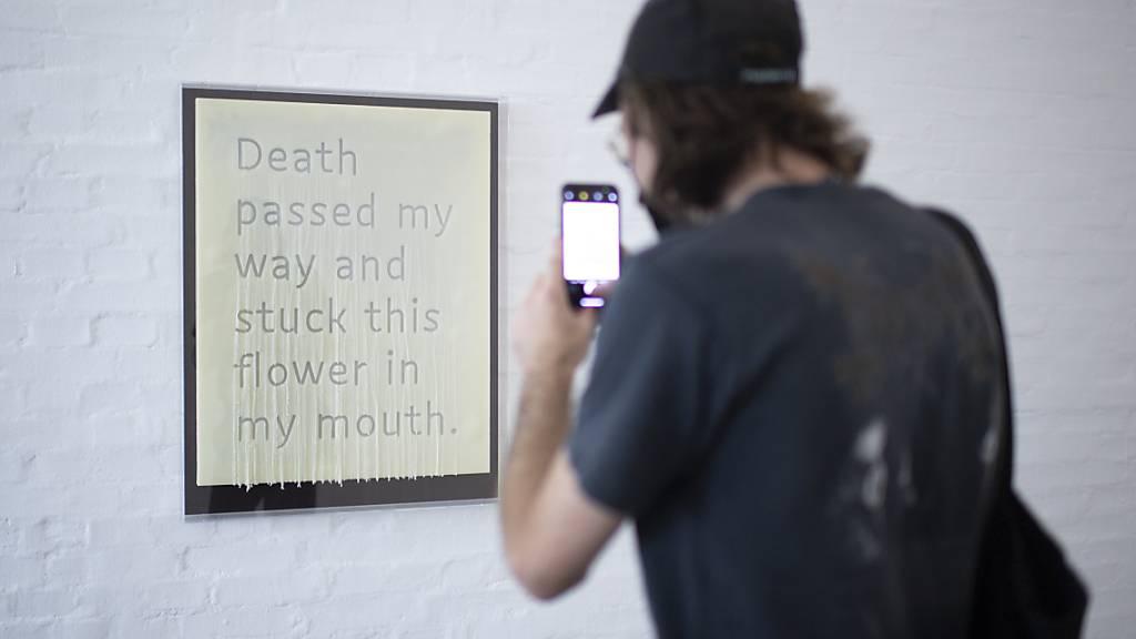 Éric Baudelaire hat den Ausstellungstitel «Death Passed My Way and Stuck This Flower in My Mouth» in einem Wachsrelief festgehalten. Die Werke des franko-amerikanischen Künstlers sind bis Ende November in der Kunst Halle St. Gallen zu sehen.