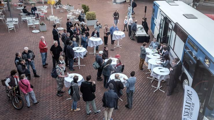 Der az-Wahlkampfbus aus der Vogelperspektive. Auf dem Neumarktplatz wurde über Bildung debattiert.